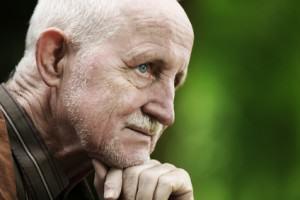 Senior zastanawia się na Polskimi emeryturami