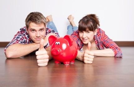 Chłopak i dziewczyna i skarbonka rozmawiają o oszczędzaniu pieniędzy
