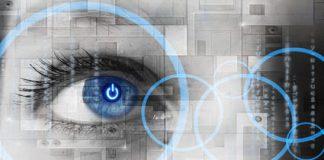 Oko człowieka z niebieską refleksją w środku, technologiczny koncept