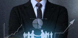 człowiek trzymający symbol finansowy